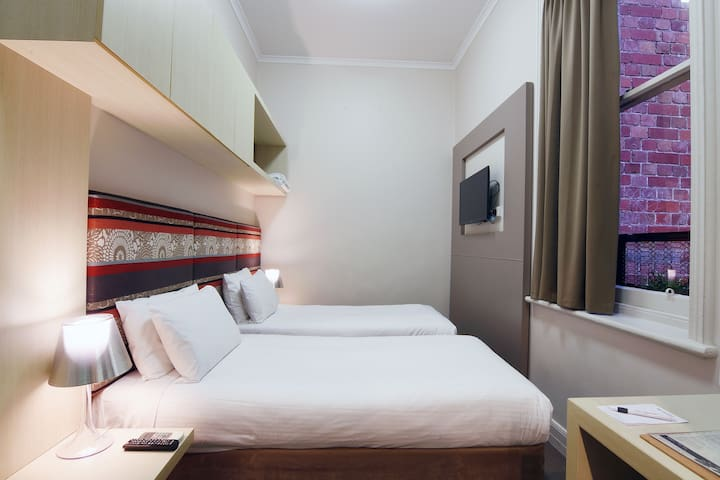 Melbourne CBD hotel room with 2 single beds