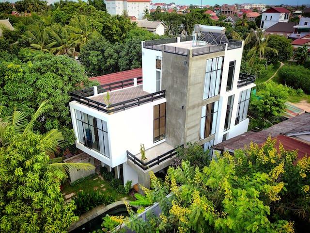 Luxury Gekko Villa II in a lush garden with pool