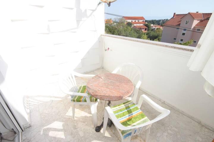 Egyszobás apartman terasszal és kilátással a tengerre Preko (Ugljan) (A-8267-b)