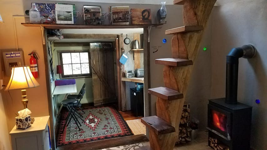 Tiny house/log cabin very near Appalachian Trail