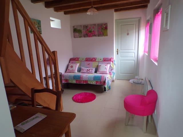 Le petit salon avec bureau et un canapé offrant deux lits supplémentaires