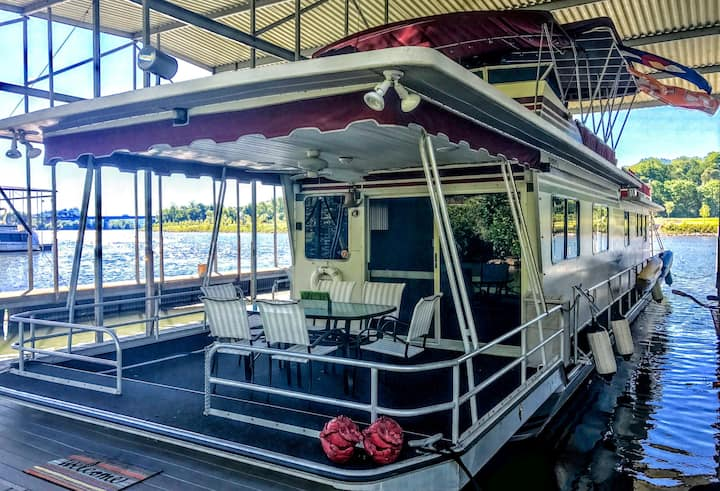 Immaculate 70' Houseboat easy walk to DT Knox