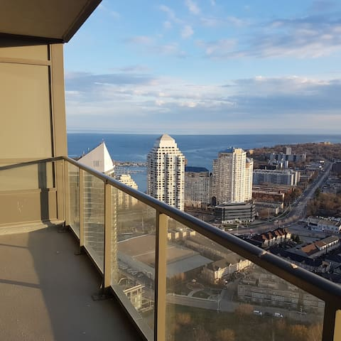 New Italian style condo w/lake & city views! - Toronto - Apto. en complejo residencial