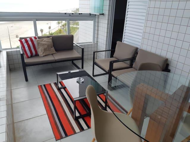 Sala de estar na varanda gourmet e mesa de refeições