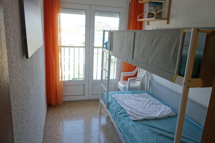 Etagenbett für 2 Schlafmöglichkeiten mit zusätzlicher Matratze unter Etagenbett.   Bed for 2 guests with additional mattress under bed.