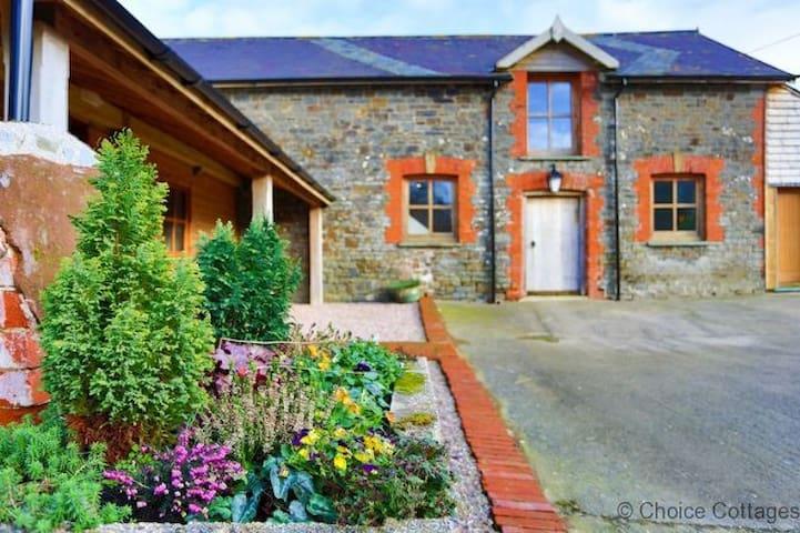 COOMBE FARM LODGE | 8 Bedrooms - Chittlehampton - Casa
