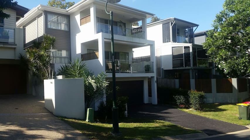 Rooms in 3 story contemporary home - Highgate Hill - Rumah