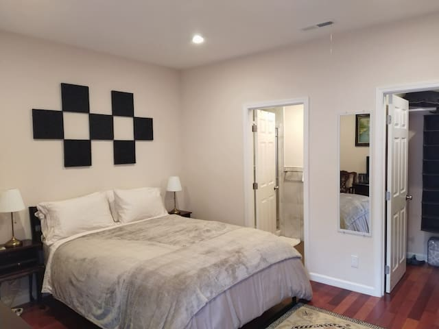 Queen Bedroom, Pvt. Bath, Pvt. Entry for Single