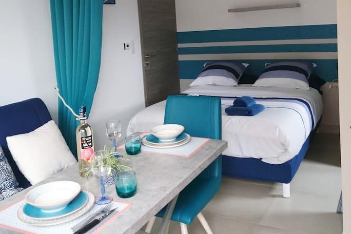 Table UP and down, pour repas ou côté canapé.