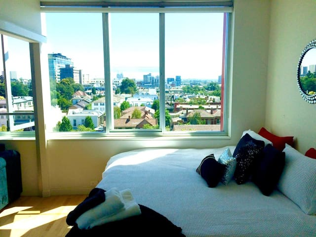 2BR CITY APT PARKING+VIEWS-SLEEPS 6 - East Melbourne