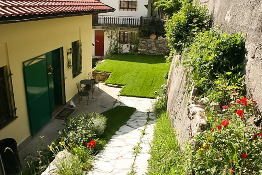 Front door & garden / Entrata & giardino