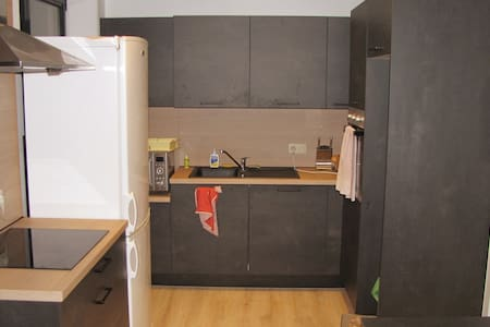 Donkere privékamer in ruim appartement, in centrum