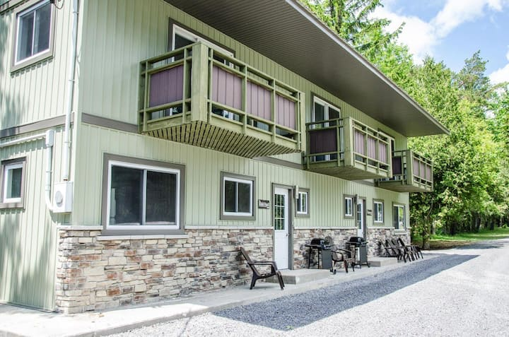 The Hillier - Family friendly West Lake Cottages shared waterfront