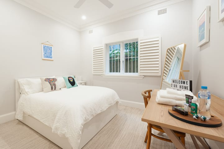 Home away from home in a lovely Bondi flat