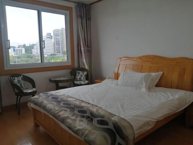 第二卧室,1.8米宽实木床,高档床上用品,隔音窗户