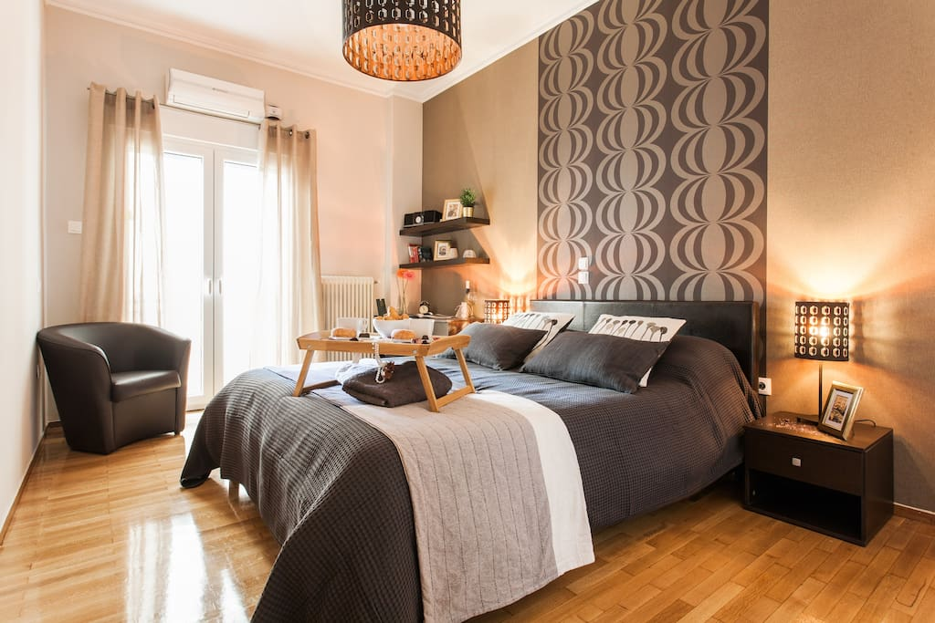 ''Big room with amazing bed.Great lighting and the mac on the lobby was really helpfull for some time spending.Clean and cosy.''Phanis*****