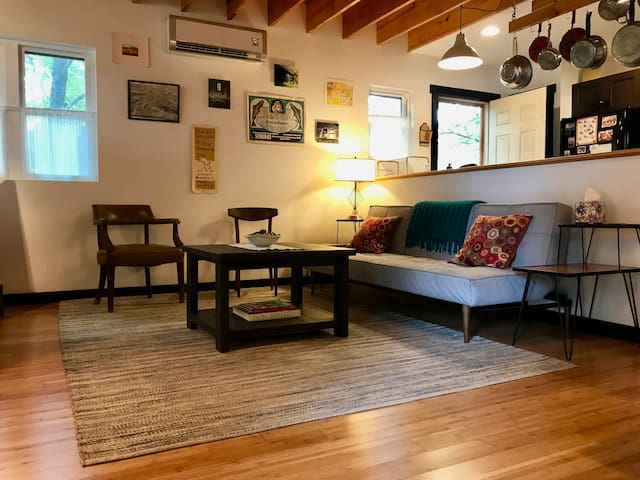 RIVER ARTS ECO-COTTAGE - CLOSE TO DOWNTOWN