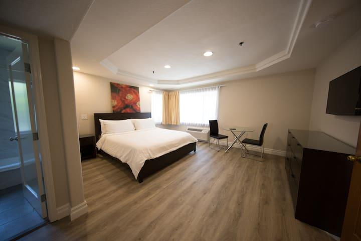 Wilshire Crest Hotel, Deluxe Queen Room