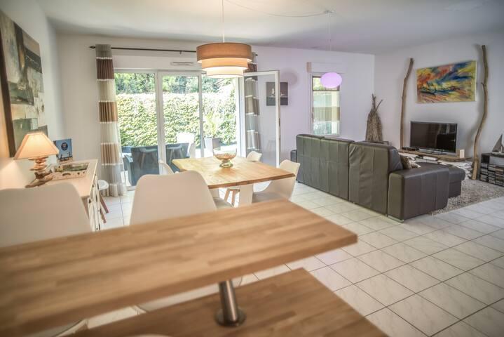 Vue du salon salle à manger depuis la cuisine.