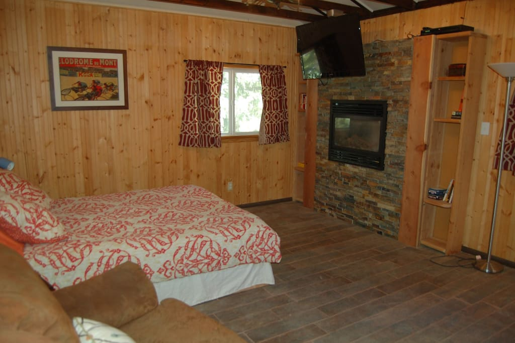 Queen size bed & Gas Fireplace