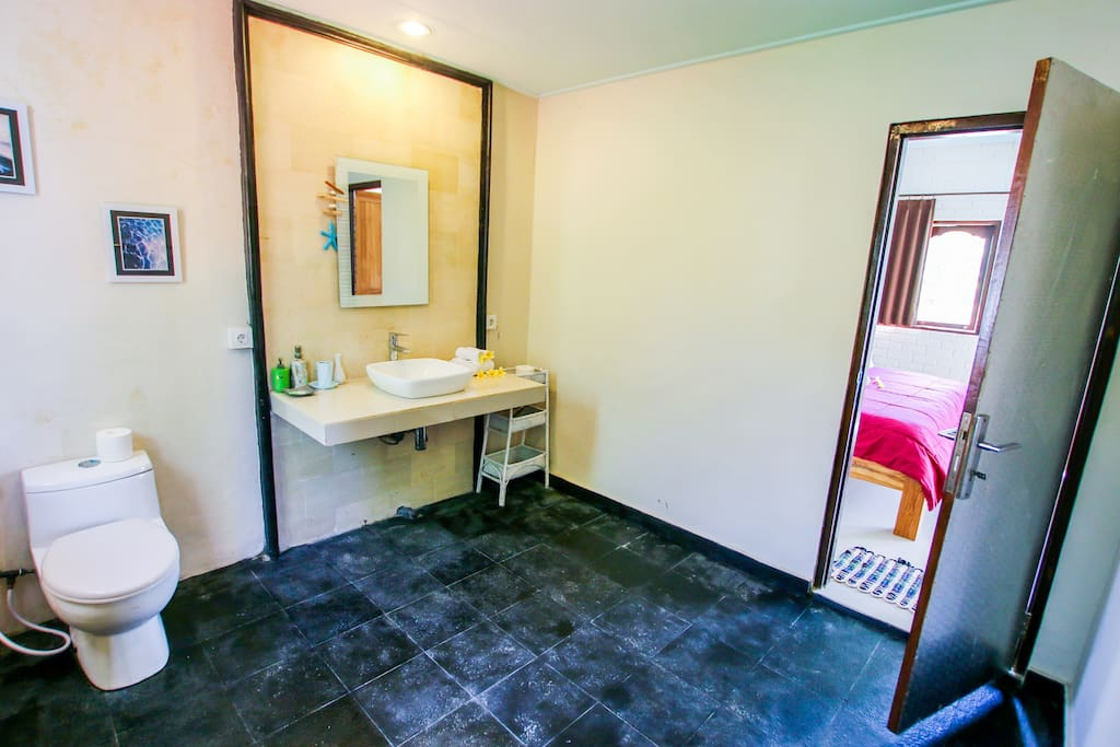 Ensuite bathroom - Villa Vanilla 3 bedroom Seminyak 5 min walk to KuDeTa beach