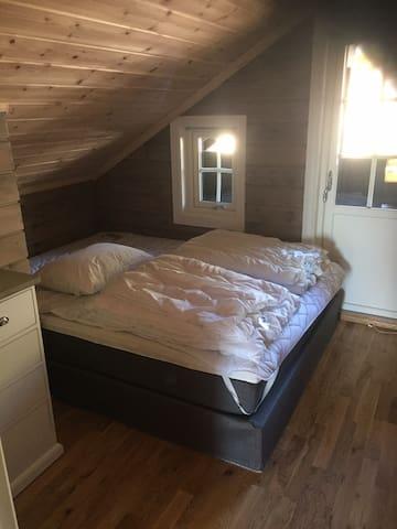 Soverom med dobbelseng i den øverste etasjen.