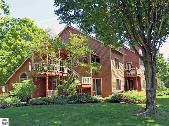 Spacious 2 Bed Condo at Crystal Mountain Resort