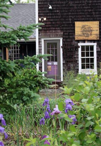 1825 Farmhouse Suite w/ Private Entrance