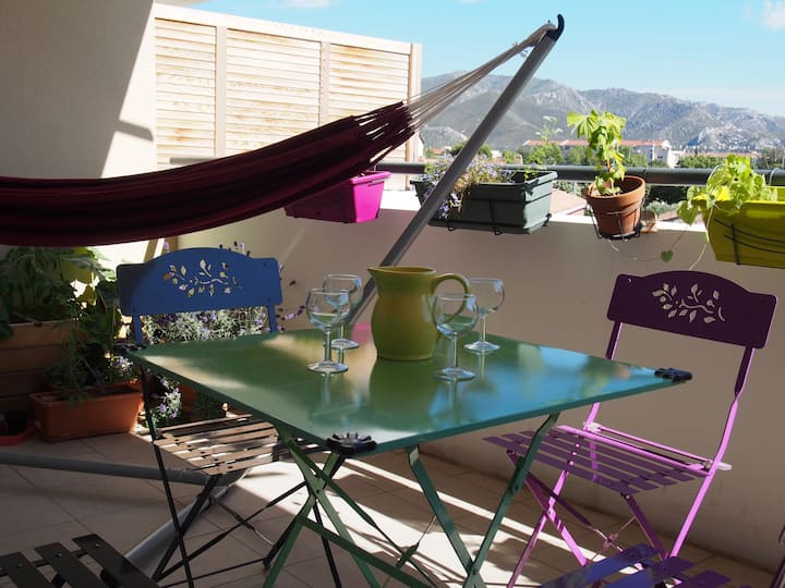 Quiet appartment with terrace and hills, parking