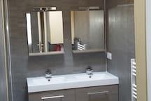 Salle d'eau double vasque et douche a l'italienne