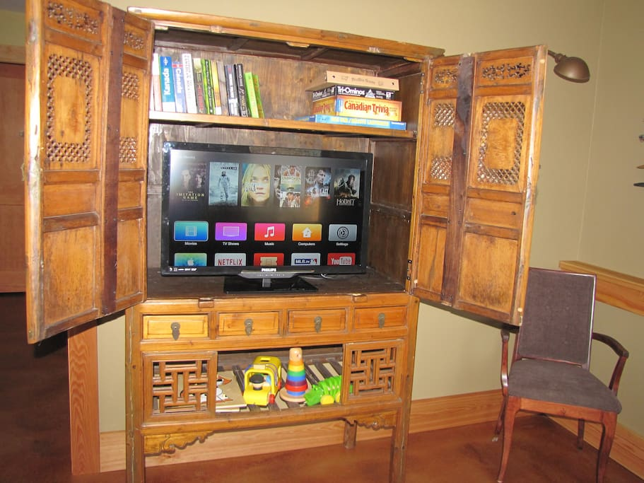 TV cabinet, netflix, apple TV, WiFi ( can be turned off), Ethernet