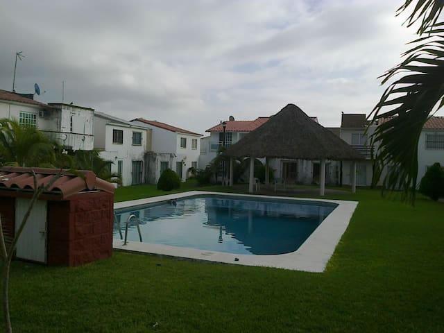 Hermosa Casa con alberca y cerca del mar a 10 min.