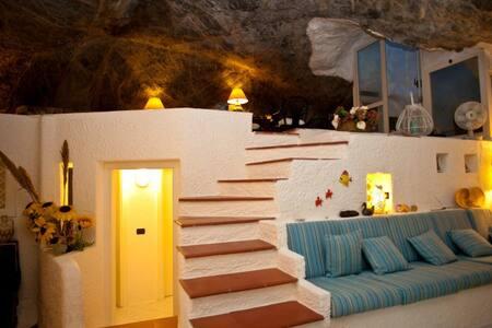 Un'incantevole grotta immersa nella natura - ポンツァ諸島