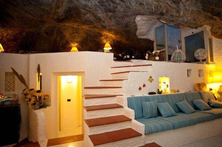 Un'incantevole grotta immersa nella natura
