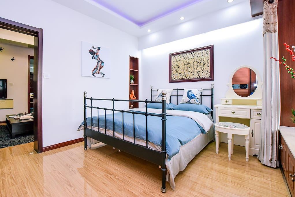 宽敞明亮的卧室