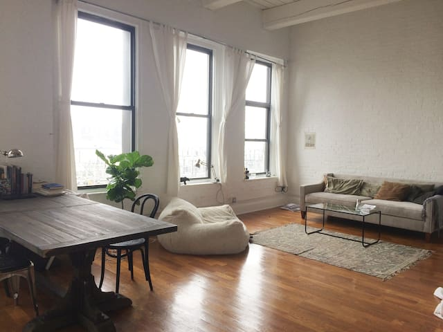MAGIC: one-of-a-kind loft w full view of Manhattan - Бруклин - Лофт
