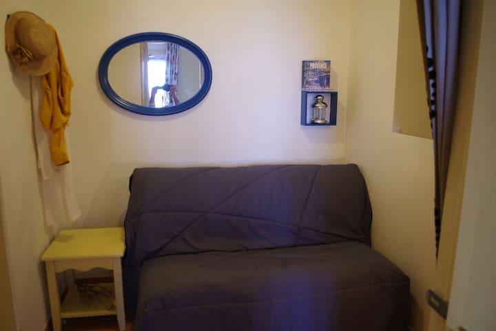 Chambre cabine avec BZ confortable.  accès direct a la seconde Salle de bain . Placard et étagère.
