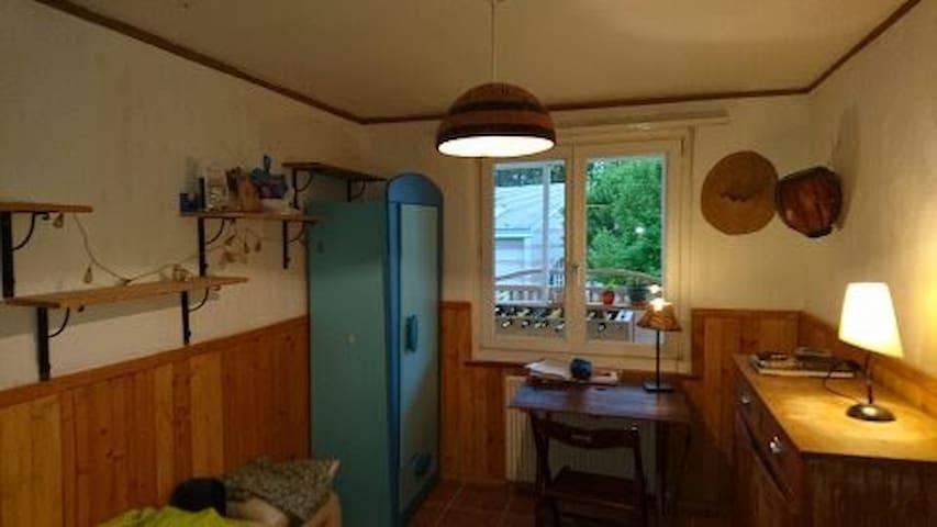 Petite chambre dans maison avec du charme
