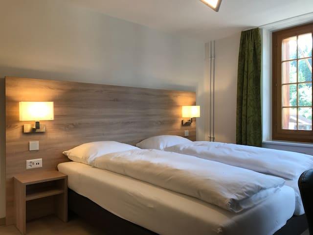 Brünig Lodge 24/7 - Gästezimmer mit Bergblick