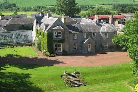 Newton Farmhouse B & B - Lake View Bedroom - Oxnam - Bed & Breakfast