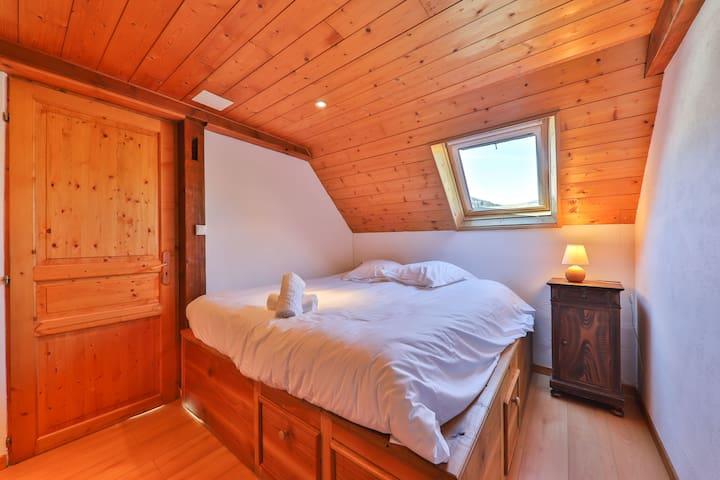 Chambre avec lit double à tiroir