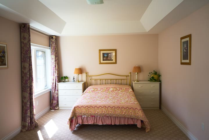Bright master bedroom with exercise room - Vaughan - Ev