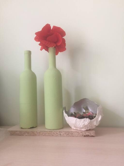 Атмосфера уюта создается в квартире за счет  простых дизайнерских элементов.