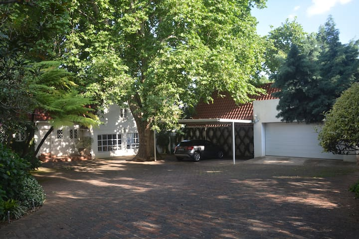 Secluded garden cottage in the heart of Sandton