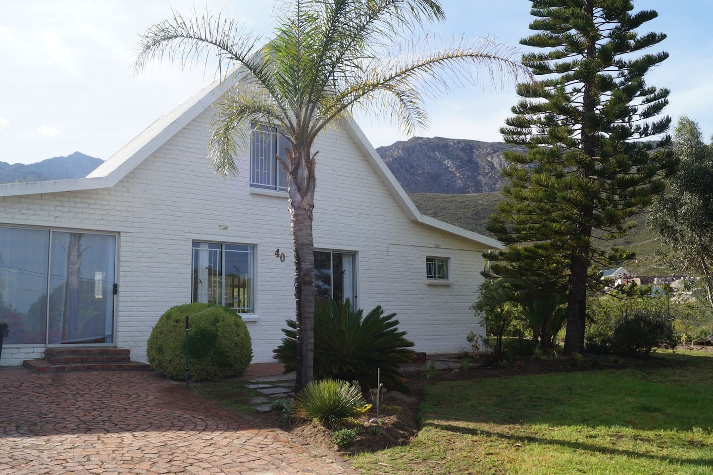 White Lily is surrounded by mountains and uninterrupted views. There is a big garden with lots of tortoises as this area is the breeding ground for them. Upstairs is the main bedroom window, with stunning views of the town and Langeberg mountains.