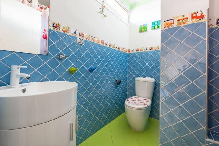 Baño completo con bañera pequeña