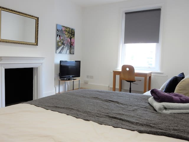 Lovely 3 Bed Apartment by Chatham Historic Docks