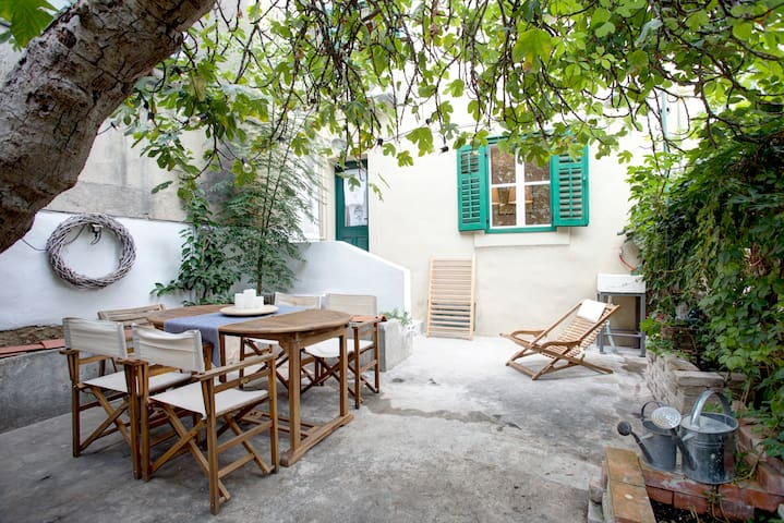 Split Center Fig Tree House with Garden & Sea-view