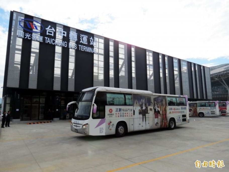 English : Taichung Terminal Bus, less than 5 minutes walks. 24 Hours bus service directly to Taoyuan International Airport,also may bring you to different city destination such as  Keelung,Taipei, Zhongli,Taoyuan,  Kaohsiung, Tainan, Miaoli, Chiayi, Songshan , Taipei City Hall, Minxiong, Hsinchu, Pingtung, Kenting  ,Zhubei,Beigang,Taixi and many other city destinations 中文: 台中轉運站:國光+台中客運 往桃園國際機場有24小時服務。從這邊您可以搭公車到 基隆,台北,中壢,桃園,高雄, 台南,苗栗,嘉義,松山,台北市政府,民雄,新竹,屏東,墾丁,竹北,北港,台西 Bahasa: Terminal Bus Taichung, dapat ditempuh dengan jarak kurang dari 5 menit. Tersedia layanan  24 jam bus ke Bandara Taoyuan International Airport. Juga melayani destinasi kota lain di Taiwan seperti Keelung,Taipei,  Zhongli,Taoyuan, Kaohsiung, Tainan, Miaoli, Chiayi, Songshan , Taipei City Hall, Minxiong, Hsinchu, Pingtung, Kenting  ,Zhubei,Beigang,Taixi dan tujuan kota lainnya
