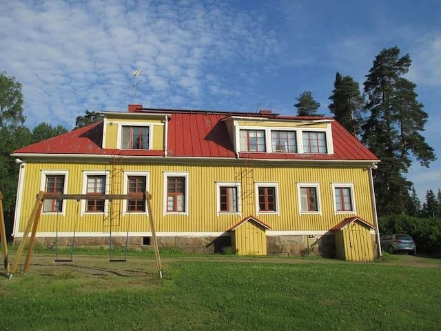 Iso kaksio 1900-luvun hirsisessä kyläkoulussa.